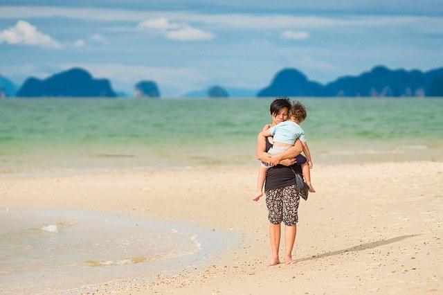 thailand mit baby am strand